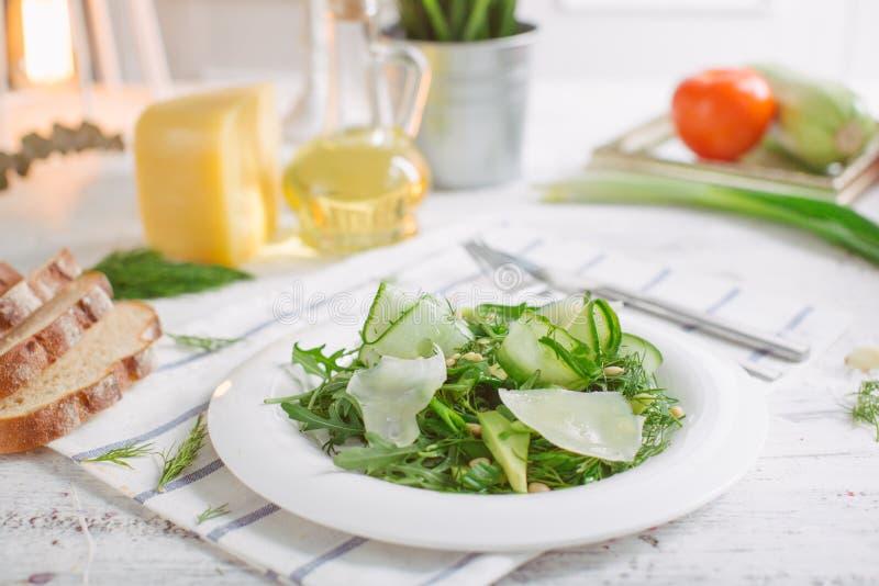 Jarska Zielona sałatka z Parmezańskimi arugula avocado dokrętkami obraz royalty free