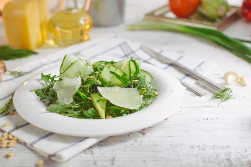 Jarska Zielona sałatka z Parmezańskimi arugula avocado dokrętkami zdjęcie stock