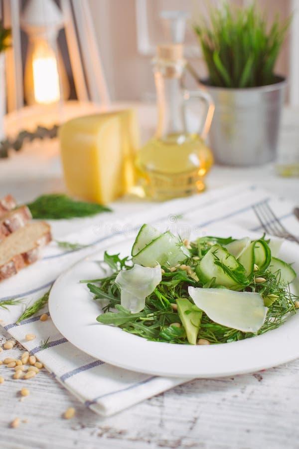 Jarska Zielona sałatka z Parmezańskimi arugula avocado dokrętkami zdjęcia stock