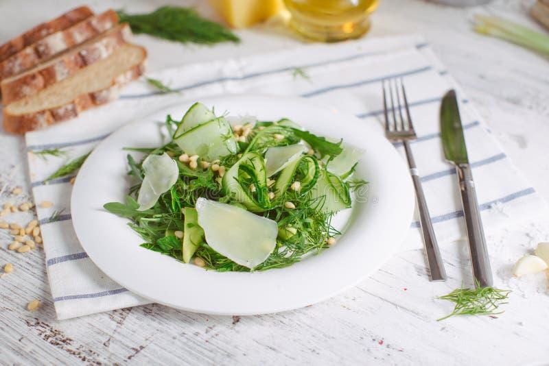Jarska Zielona sałatka z Parmezańskimi arugula avocado dokrętkami fotografia royalty free
