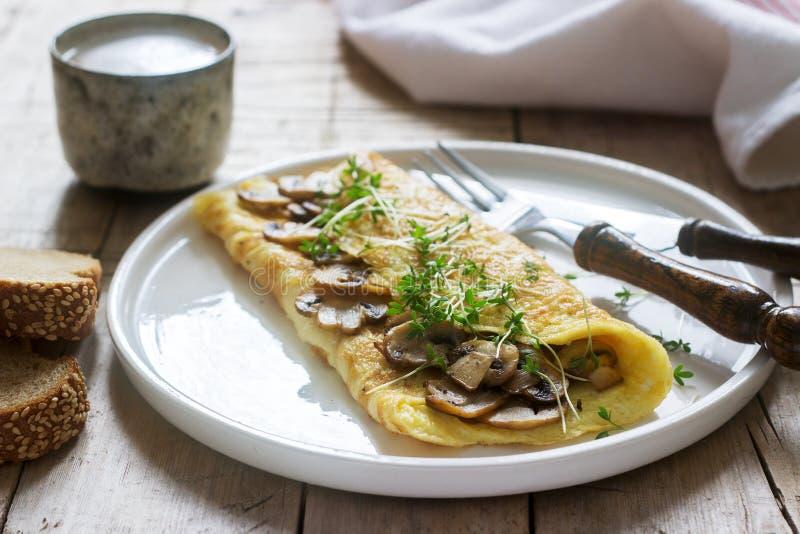 Jarski śniadanie omelette z pieczarkami i cress, słuzyć z żyto chlebem i kawą z mlekiem Wieśniaka styl obrazy royalty free