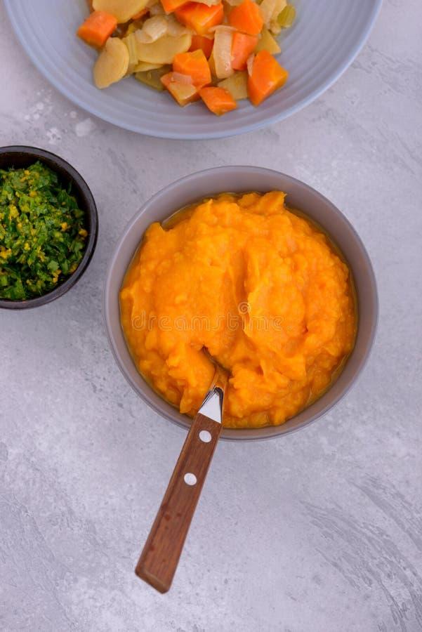 Jarski gość restauracji: mashed słodcy i odparowani warzywa zdjęcia royalty free