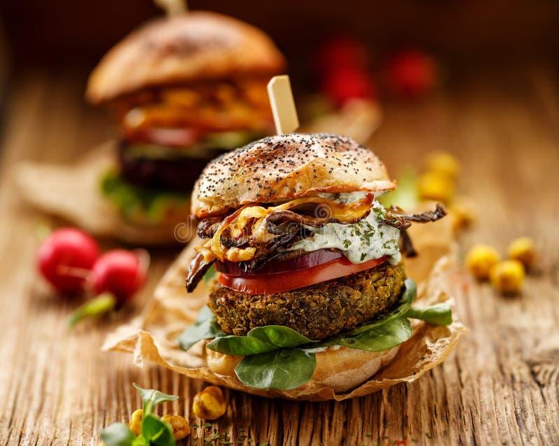 Jarski hamburger, zielonych grochów hamburger, domowej roboty hamburger z zielonych grochów cutlet, piec na grillu pieczarki, pom obrazy stock