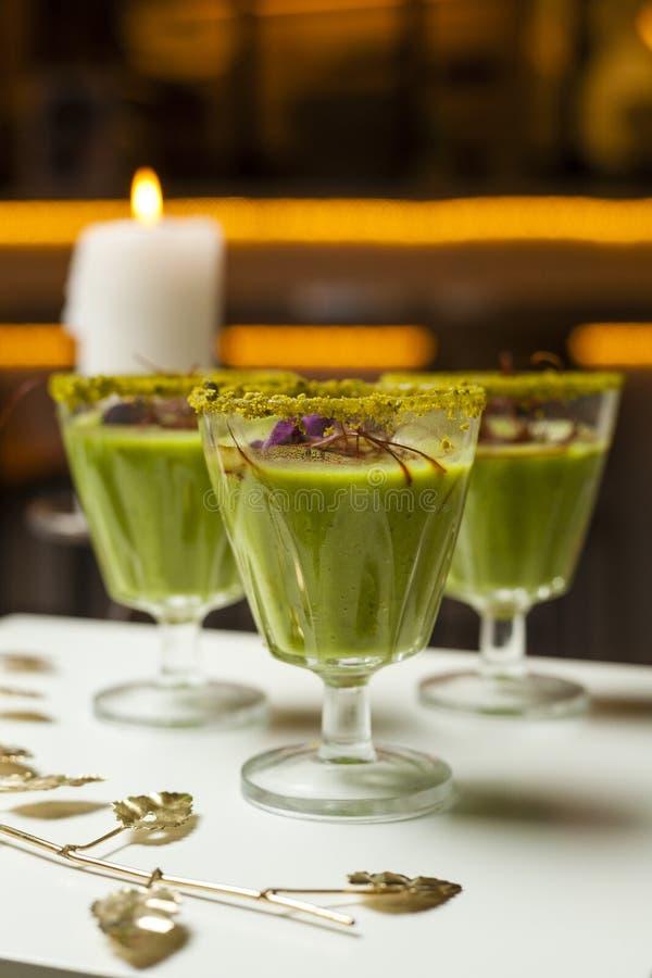 Jarski jedzenie Filiżanki z Hummus dekorowali z kwiatami, słodka bułeczka na stole diety naczynia szklana miara setu stołu taśmy  obrazy royalty free