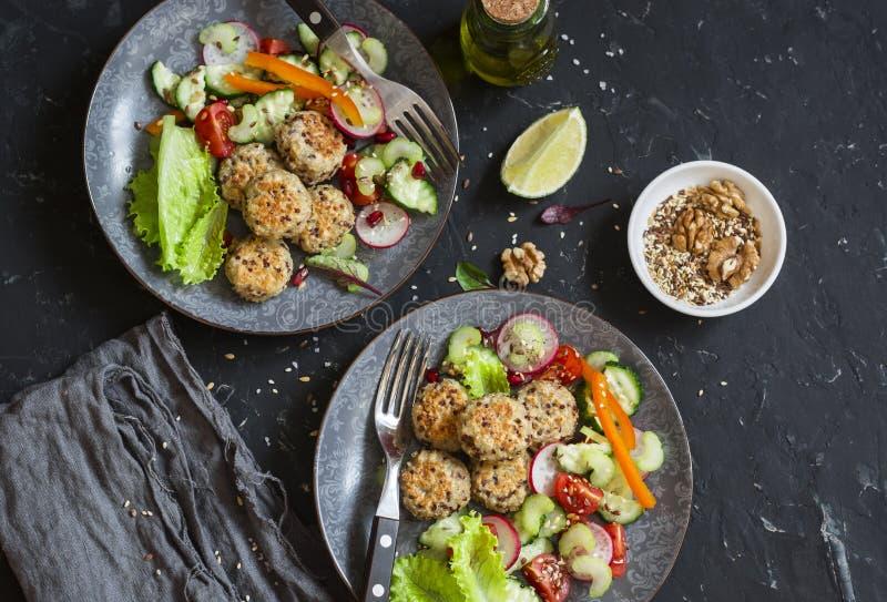 Jarski lunch quinoa klopsiki i jarzynowa sałatka na zmroku stole - zdjęcie royalty free