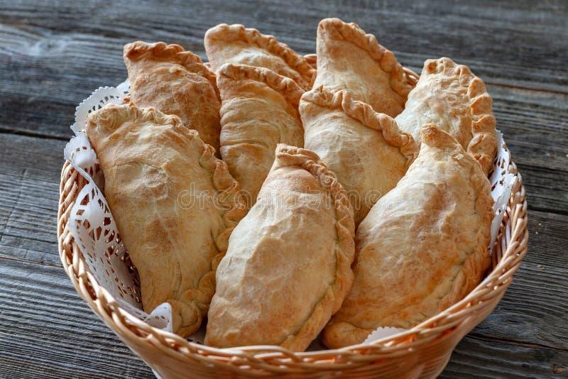 Jarski naczynie: kartoflani kulebiaki w koszu, w górę zdjęcie royalty free