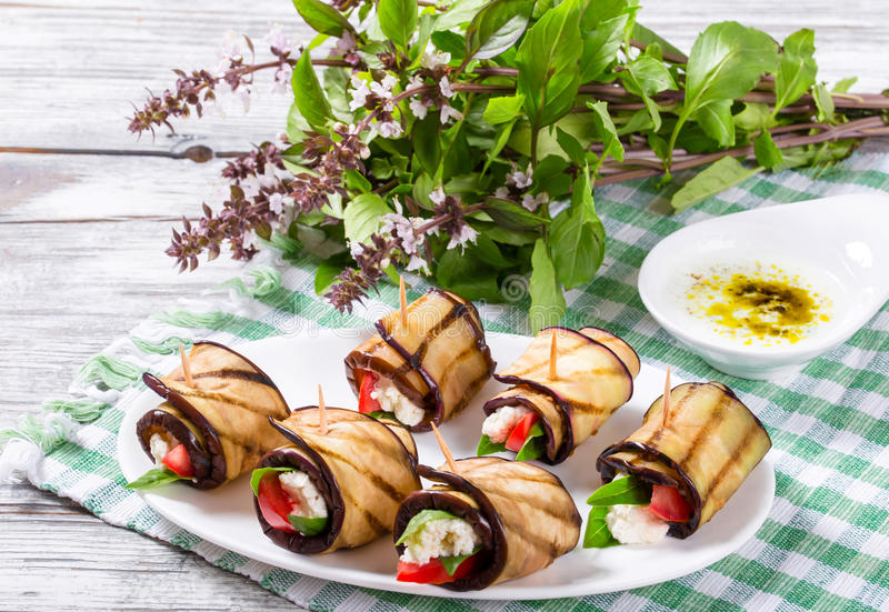 Jarskie oberżyn rolki z feta serem, pomidory, basil i obraz royalty free
