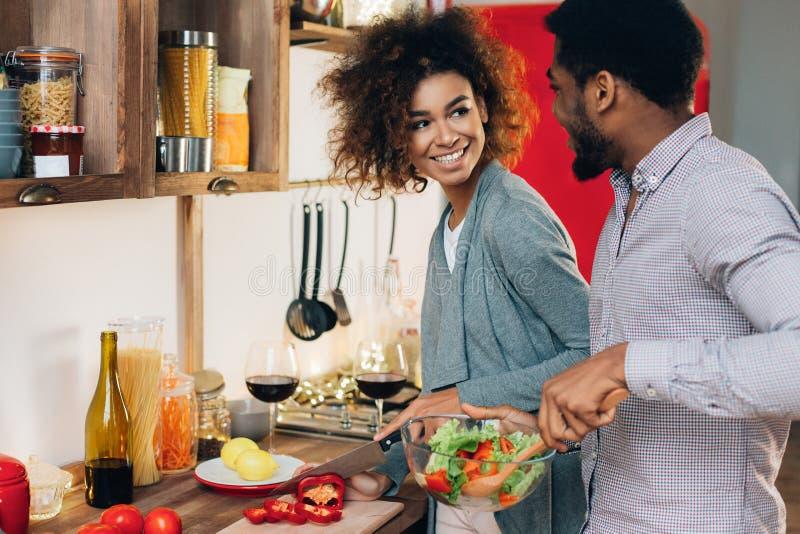 Jarskiej afroamerykańskiej pary kulinarna sałatka w kuchni fotografia royalty free