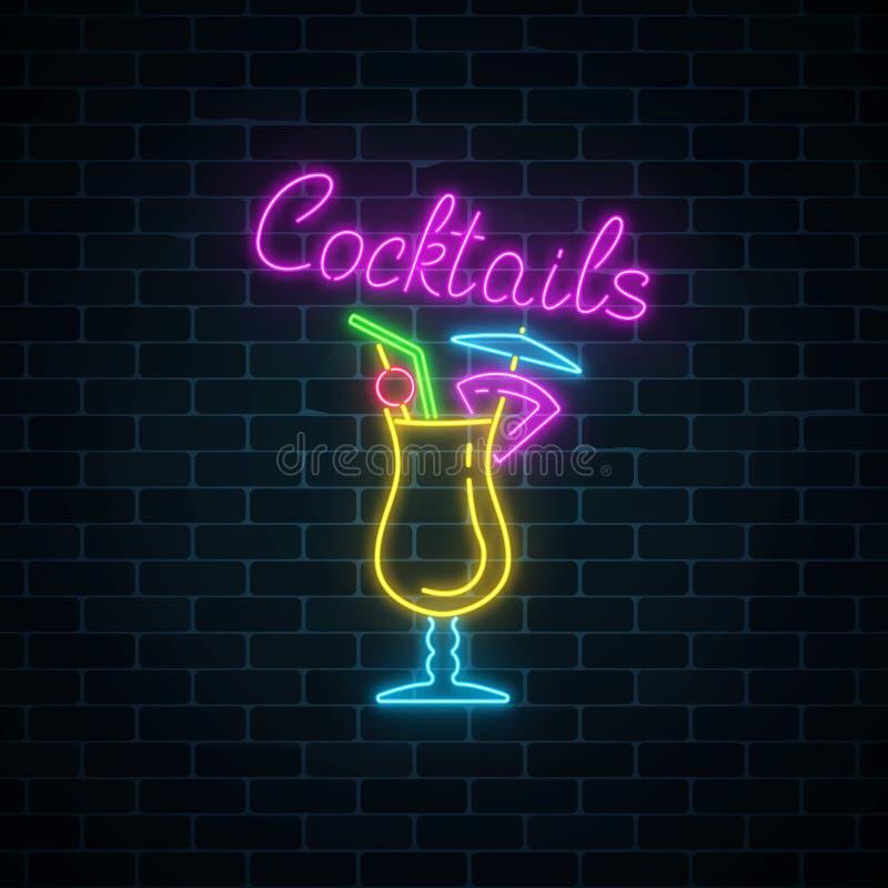 Jarzeniowy neonowy znak koktajlu bar na ciemnym ściana z cegieł tle Rozjarzona benzynowa reklama z pina colada royalty ilustracja