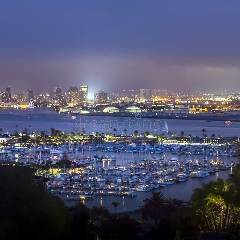 Jarzyć się San Diego schronienie przy nocą i śródmieście obraz royalty free