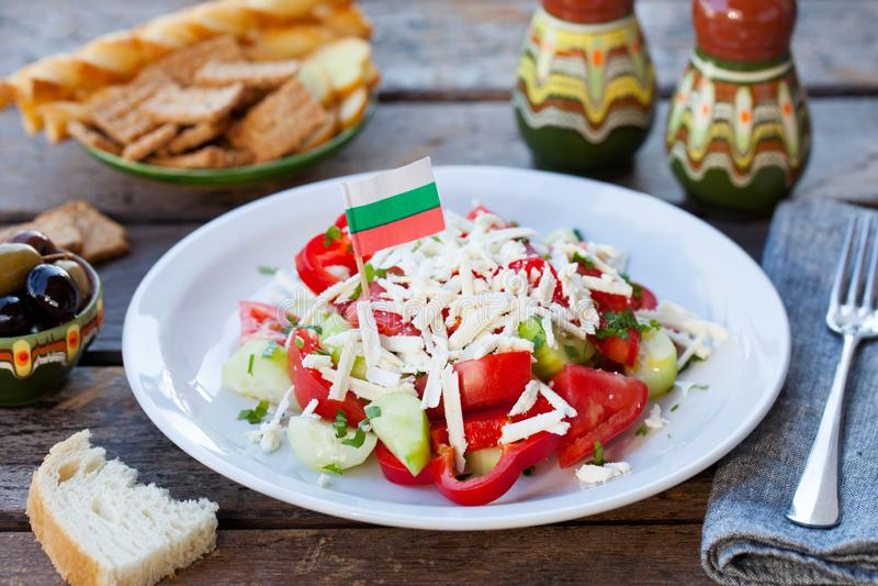 Jarzynowa Bułgarska shopska sałatka z Bułgaria flagą Drewniany t?o obraz royalty free