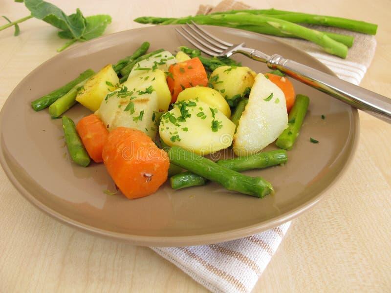 Jarzynowa niecka z zielonym asparagusem, marchewkami, grulami i niemiecką rzepą, obraz stock