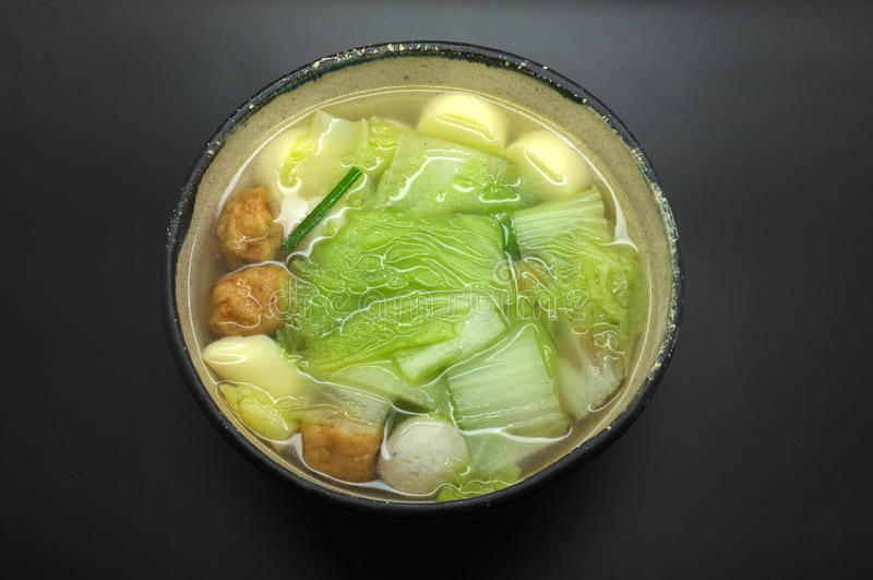 Jarzynowa polewka z chińską kapustą, jajecznym tofu i rybią piłką, zdjęcia royalty free