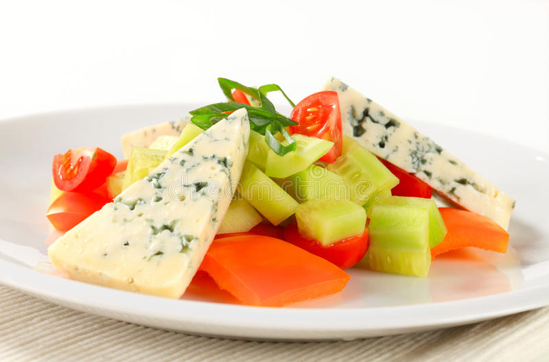 Jarzynowa sałatka z błękitnym serem zdjęcia royalty free