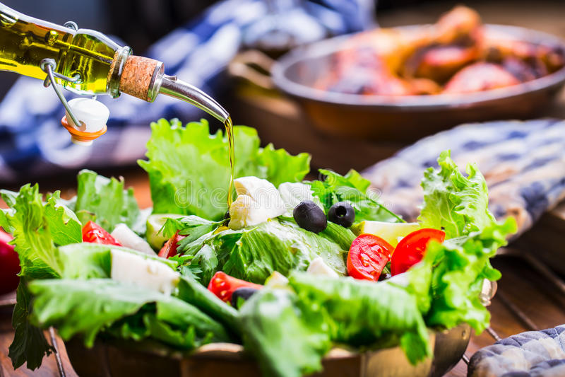 Jarzynowa sałaty sałatka Oliwa z oliwek dolewanie w puchar sałatka r Jarski weganinu jedzenie obrazy stock