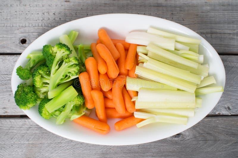 Jarzynowa taca z selerem, brokuły, marchewki zdjęcie royalty free