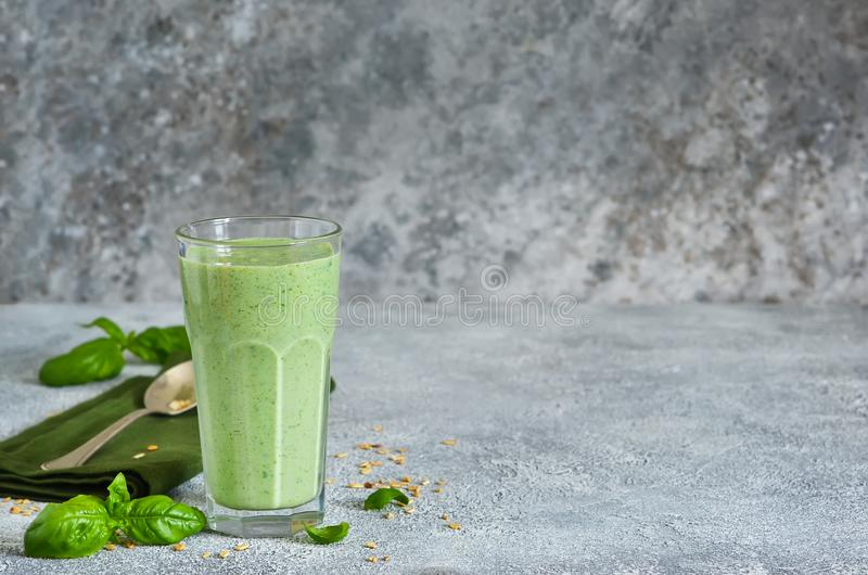 Jarzynowi smoothies od jogurtu, szpinaka, basilu i avocado, obraz stock