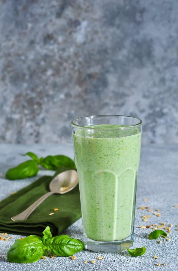 Jarzynowi smoothies od jogurtu, szpinaka, basilu i avocado, fotografia stock