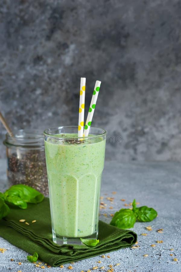Jarzynowi smoothies od jogurtu, szpinaka, basilu i avocado, zdjęcie stock