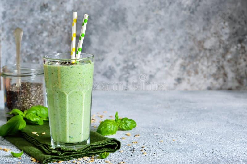 Jarzynowi smoothies od jogurtu, szpinaka, basilu i avocado, zdjęcia stock
