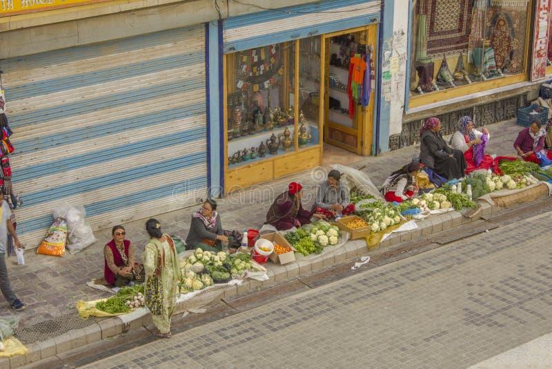 Jarzynowi sprzedawcy sprzedają ich towary na zwyczajnym turystycznym ulicznym rynku zdjęcia stock