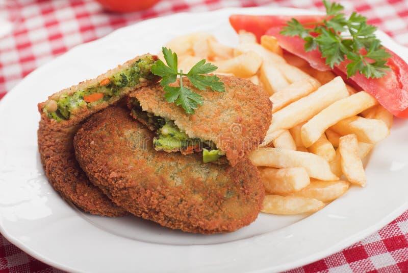 Jarzynowy hamburger z francuskimi dłoniakami zdjęcie stock