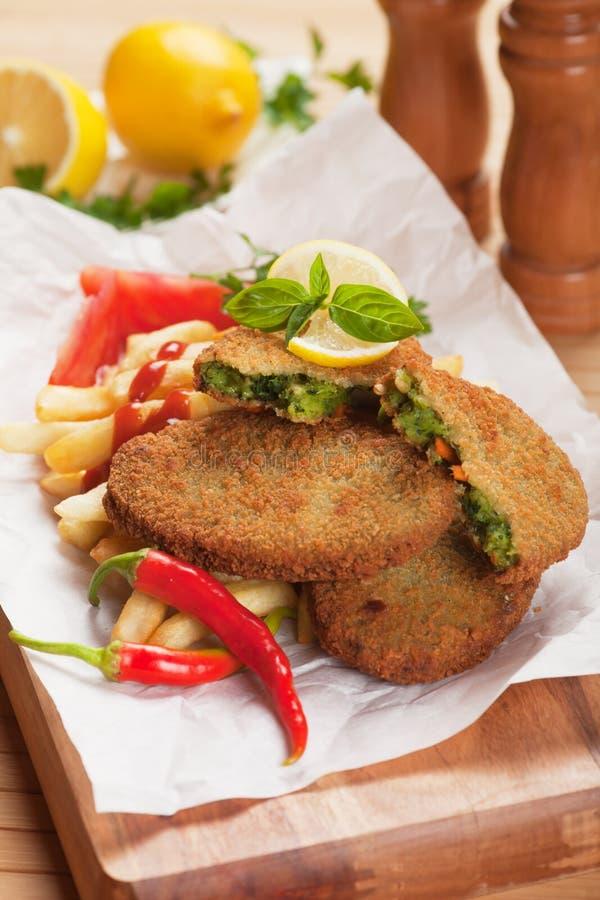 Jarzynowy hamburger z francuskimi dłoniakami fotografia stock