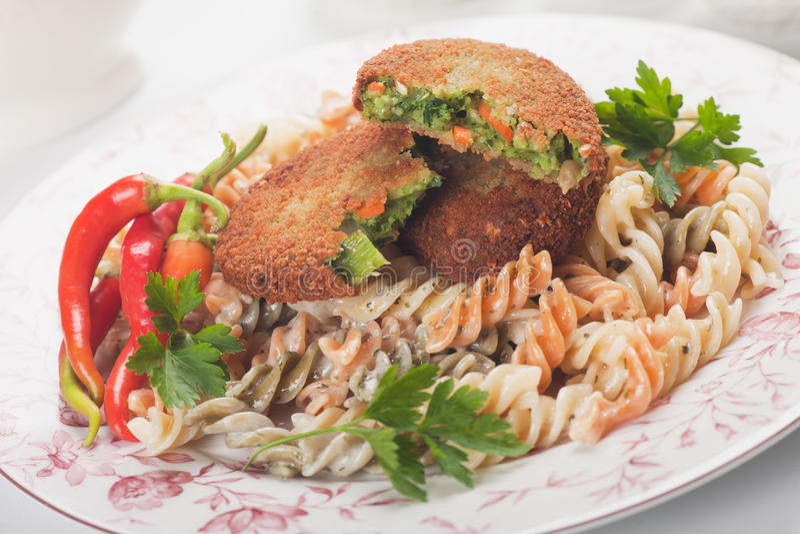 Jarzynowy hamburger z makaronem zdjęcie royalty free
