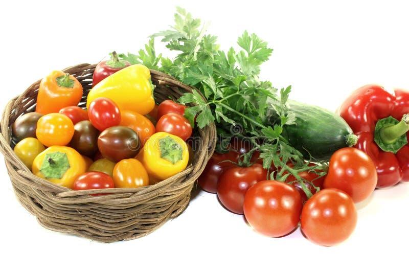Jarzynowy kosz z mieszanymi kolorowymi warzywami zdjęcie royalty free
