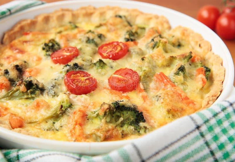 Jarzynowy kulebiak z brokułami i pomidorami obraz stock