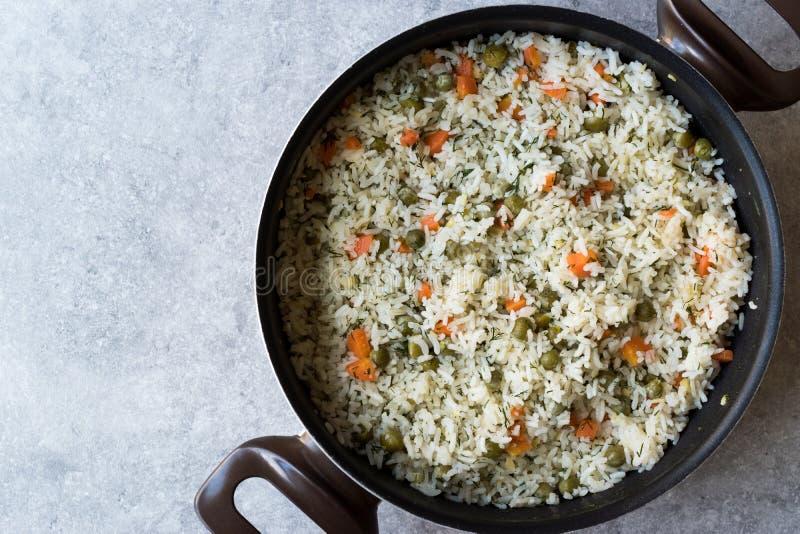 Jarzynowy Rice z Zielonymi grochami, marchewkami i koperem w, garnku, Pilav lub Pilaf/ fotografia royalty free