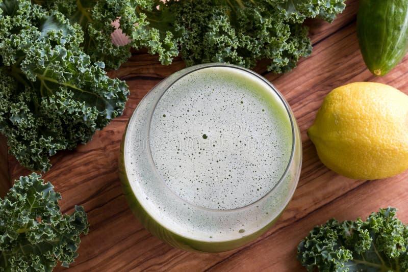 Jarzynowy sok z kale, ogórkiem i cytryną, zdjęcie royalty free