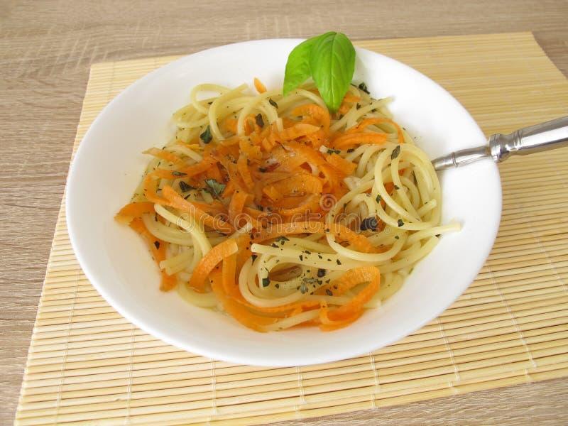 Jarzynowy spaghetti od marchewek i spaghetti w rosole obrazy stock