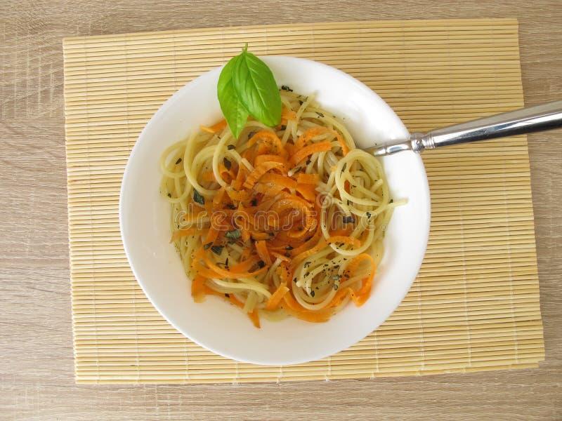 Jarzynowy spaghetti od marchewek i spaghetti w rosole fotografia royalty free