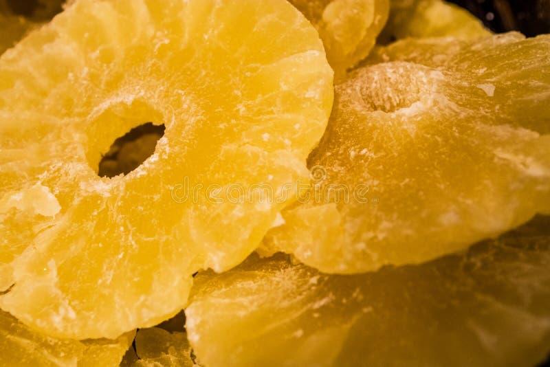 Jaskrawa żółta tekstura lub tło Tropikalny wysuszony - owoc ananasa cięcie na pierścionkach Lato i egzot Witaminy i pożytecznie o obraz stock