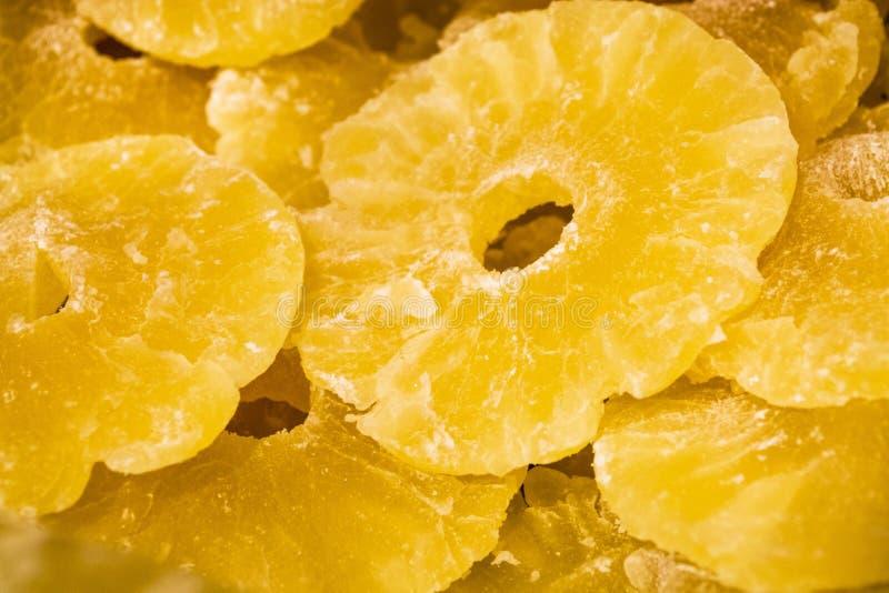 Jaskrawa żółta tekstura lub tło Tropikalny wysuszony - owoc ananasa cięcie na pierścionkach Lato i egzot Witaminy i pożytecznie o zdjęcie royalty free