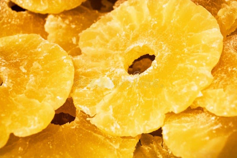 Jaskrawa żółta tekstura lub tło Tropikalny wysuszony - owoc ananasa cięcie na pierścionkach Lato i egzot Witaminy i pożytecznie o zdjęcia royalty free
