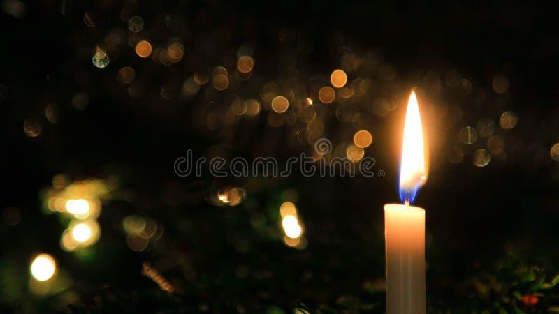 Jaskrawa świeczka z rozmytym tłem obraz stock