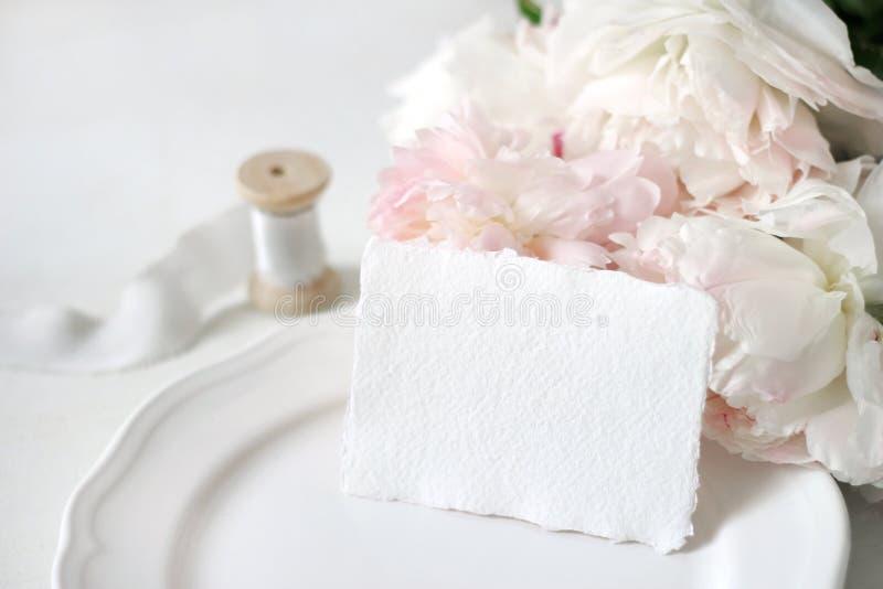 Jaskrawa ślubu lub urodziny materiały mockup scena z handmade papieru kartka z pozdrowieniami, porcelana talerz, cewa jedwab zdjęcie royalty free