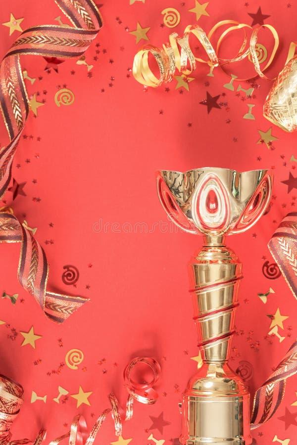 Jaskrawa świąteczna trofeum filiżanki czara i faborku koralowy mieszkanie nieatutowy fotografia royalty free