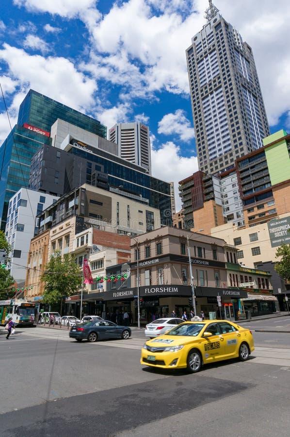 Jaskrawa Żółta taxi taksówka na ulicie w Melbourne CBD obrazy royalty free