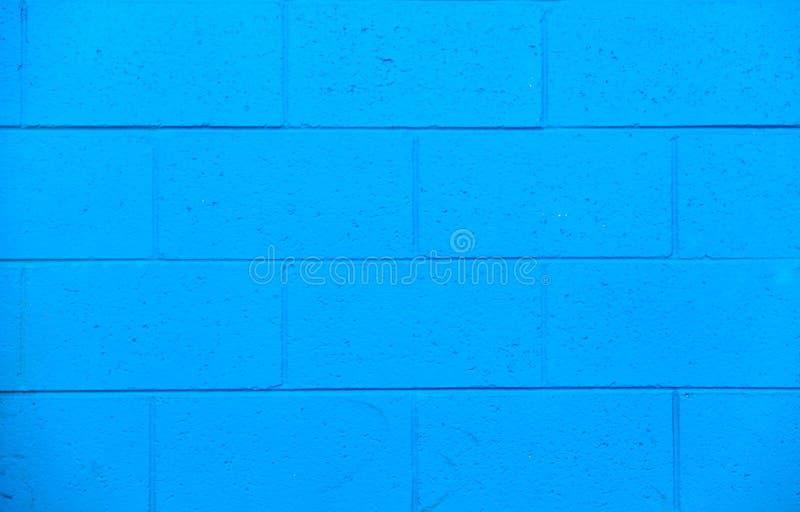Jaskrawa błękitna zewnętrzna ściana z cegieł na stronie budynek obrazy stock