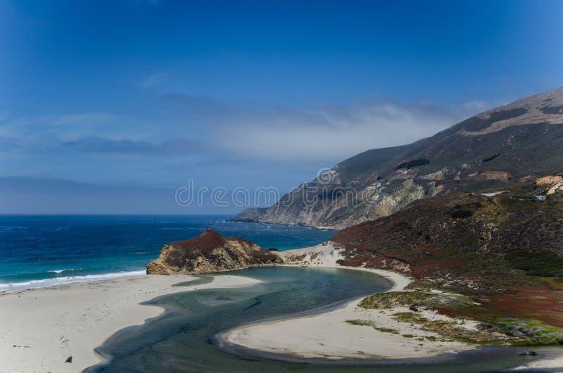 Jaskrawa błękitne wody w oceanie spokojnym blisko big sur Kalifornia wzdłuż wybrzeże pacyfiku autostrady obraz royalty free