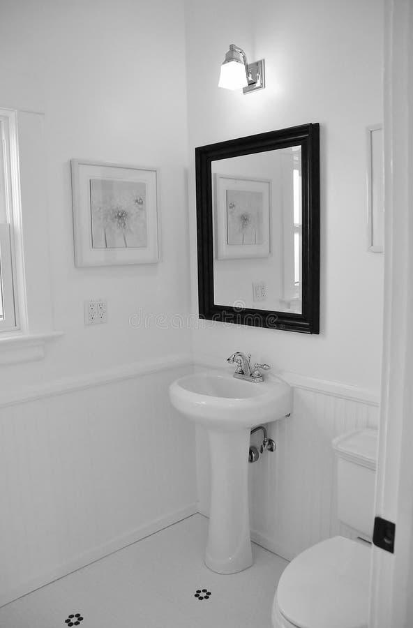 Jaskrawa biała łazienka fotografia stock