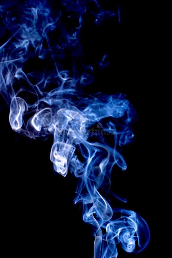 Jaskrawa dymna abstrakcjonistyczna fotografia, odizolowywająca na czarnym tle obrazy royalty free