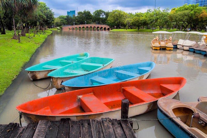 Jaskrawa kolor łódź w stawie przy parkiem zdjęcia stock