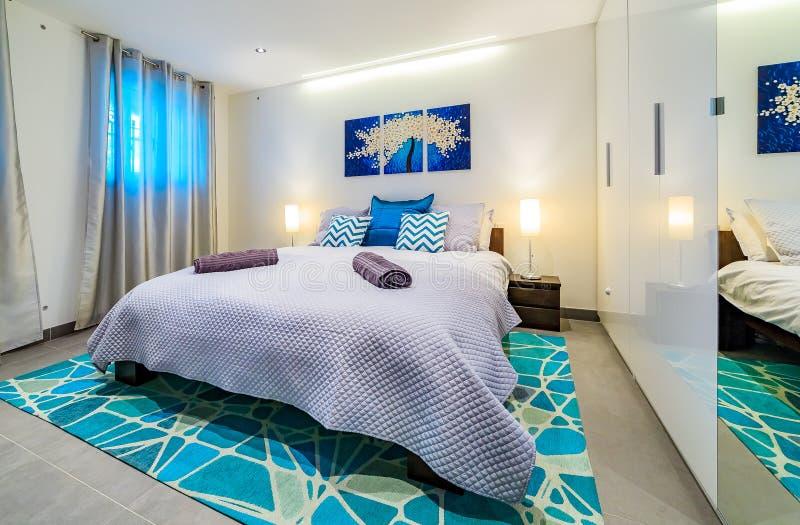 Jaskrawa luksusowa nowożytna sypialnia wewnątrz dekorująca w błękicie i zieleni obraz stock