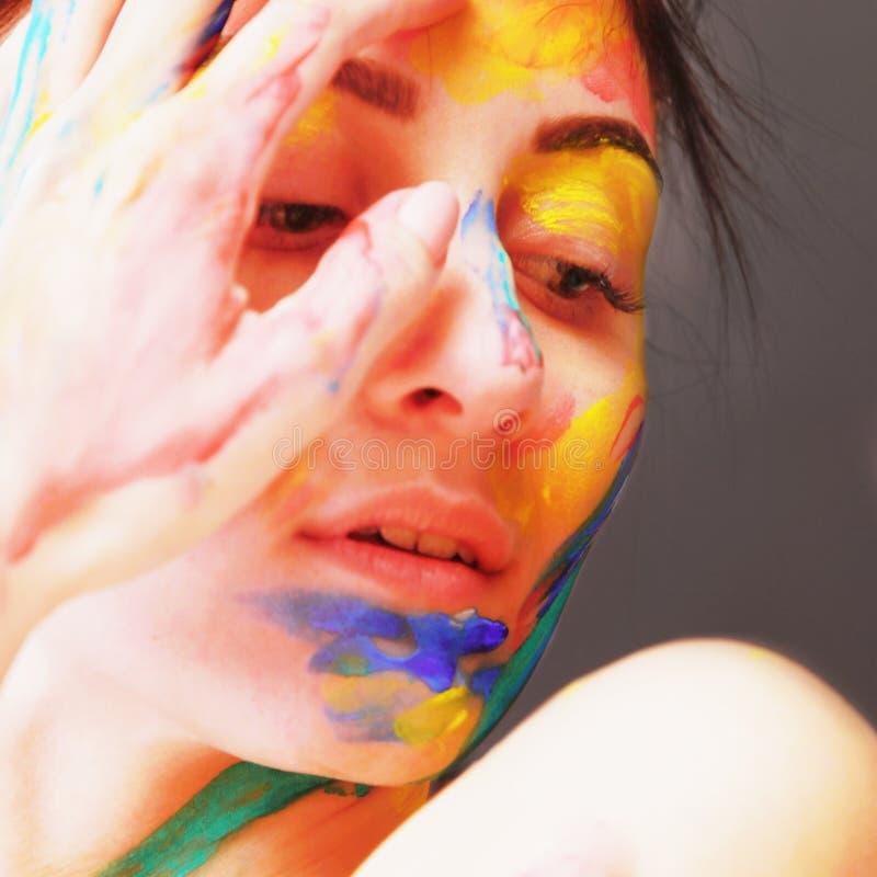 Jaskrawa piękna dziewczyna z sztuki kolorowym makeup zdjęcie royalty free