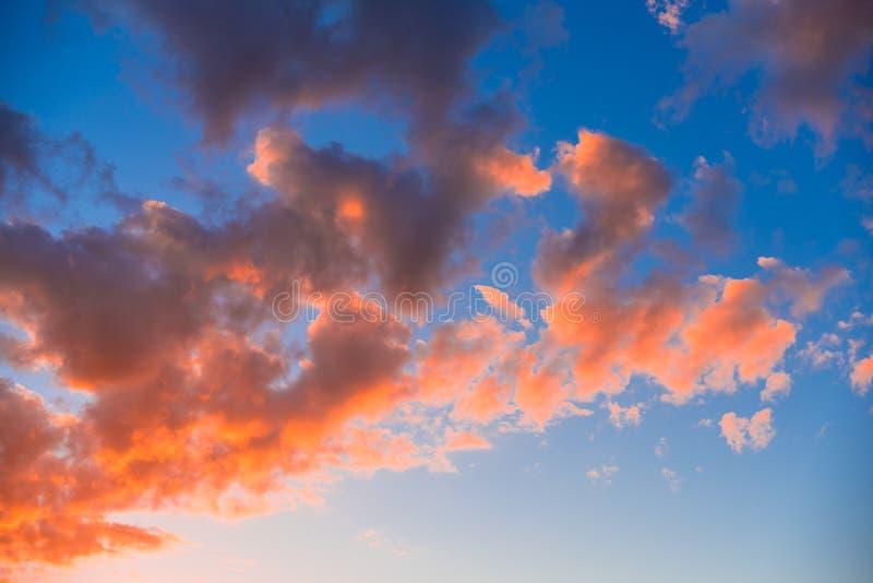 Jaskrawa pomarańcze chmurnieje w wieczór niebie fotografia royalty free