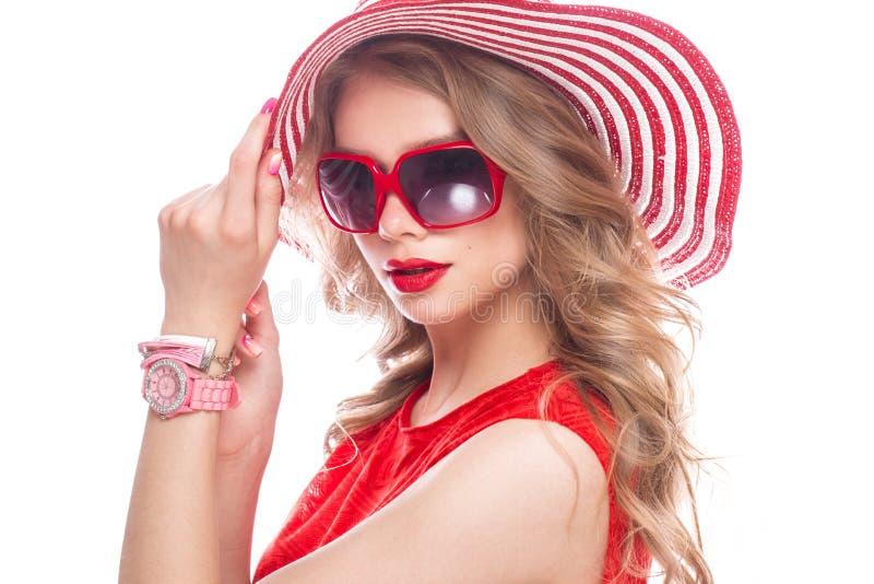 Jaskrawa rozochocona dziewczyna w lato kapeluszu, kolorowy makijaż, kędziory i menchie, robimy manikiur Piękno Twarz obrazy royalty free